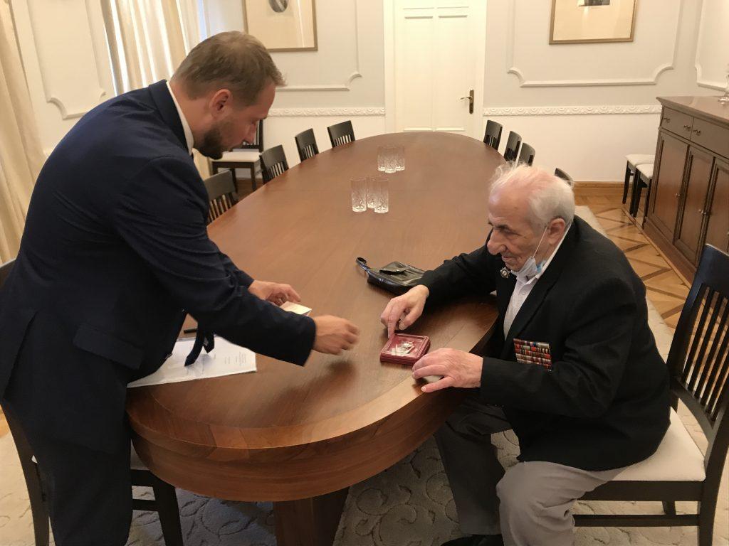 О передаче юбилейной медали ветерану Великой Отечественной войны