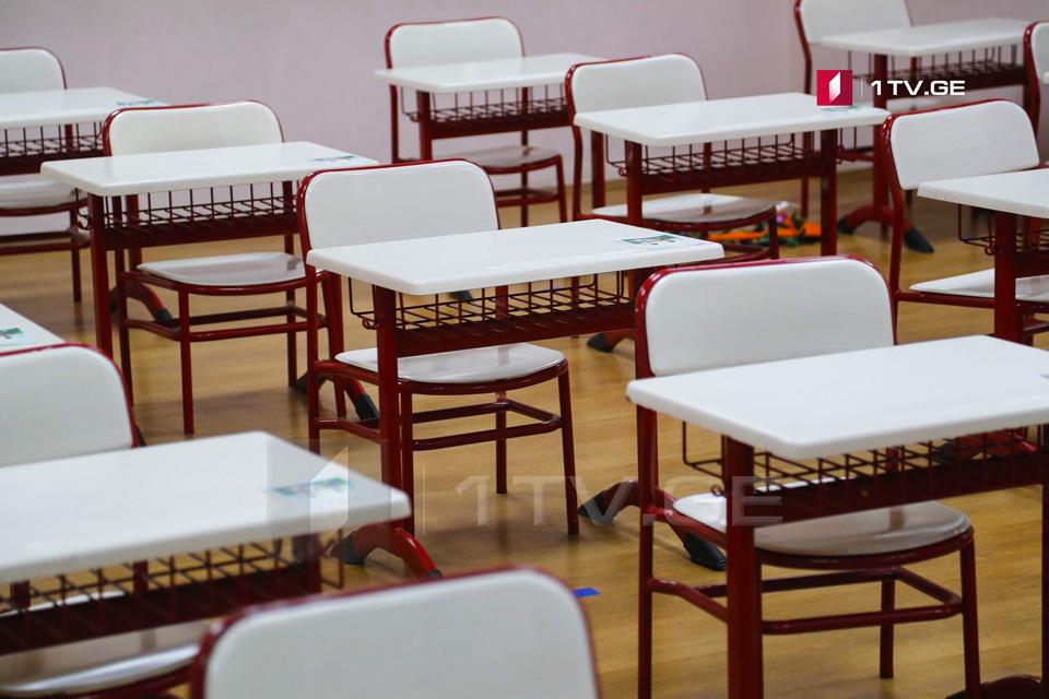 В школах, где процесс обучения возобновляется в классах, родители по-прежнему смогут выбирать между дистанционным обучением и обычным посещением