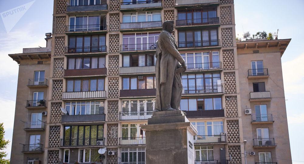 «Назло врагам Грузии»: монумент Грибоедову в Тбилиси отмыл бывший депутат