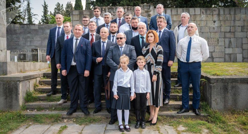 Глава секции интересов России возложил цветы на могилы погибших солдат